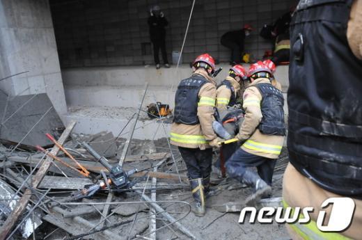 11일 오후 4시53분쯤 서울 동작구 사당동 사당종합체육관 신축공사현장이 무너져 건설근로자 11명이 매몰돼 소방대원들이 매몰자를 구조하고 있다.(동작소방서 제공) 2015.2.11/뉴스1 © News1