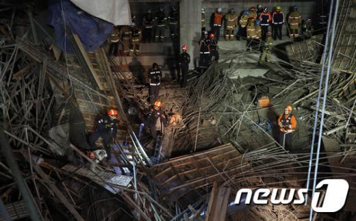 11일 오후 4시53분쯤 서울 동작구 사당동 사당종합체육관 신축공사현장이 무너져 건설근로자 11명이 매몰돼 119 구조대원과 구조견이 실종자 수색작업을 벌이고 있다. 2015.2.11/뉴스1 © News1 안은나 기자