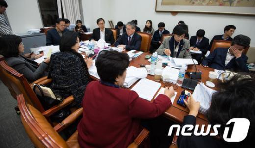 지난해 11월 17일 서울 여의도 국회에서 열린 국회 보건복지위원회 법안심사소위원회에서 위원들과 관계부처 직원들이 법안심사를 하고 있다. © News1 유승관 기자