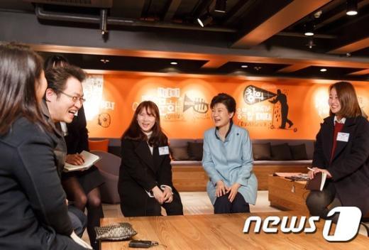 [사진]박 대통령 '신진창작자 대상 멘토링 참여자들과'