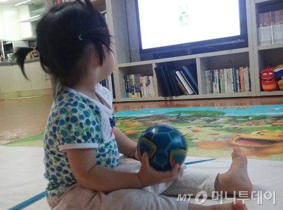겨울철 실내활동 시간이 늘어나면서 TV를 보여달라는 아기와 실랑이 할때가 부쩍 많아졌다. 하루빨리 따뜻해져 놀이터에서 놀 수 있는 시간이 많아지길. 'TV 안으로 들어가겠네~ 아기야 이제 그만 보자'