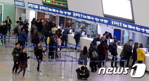민족 최대명절 설을 나흘 앞둔 15일 오후 서울역은 벌써부터 고향에 내려가거나 미리 설날 열차표를 예매하려는 시민들로 분주한 모습이다. 2015.2.15/뉴스1 © News1 윤혜진 기자