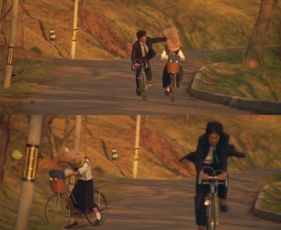중학 시절, 자전거와 포대자루로 남녀의 사랑 심리를 보여주는 장면/이미지='러브 레터' 캡처<br />