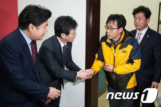 [사진]전명선 세월호 가족대책위원장 손잡은 유승민