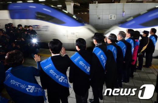 [사진]새정치민주연합, 용산역 귀성인사