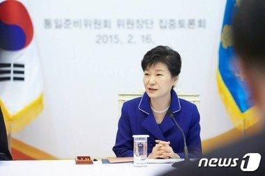 박근혜 대통령이 16일 청와대에서 열린 통일준비위원회 위원장단 집중토론회의에서 발언하고 있다. (청와대) 2015.2.16/뉴스1 © News1 이광호 기자