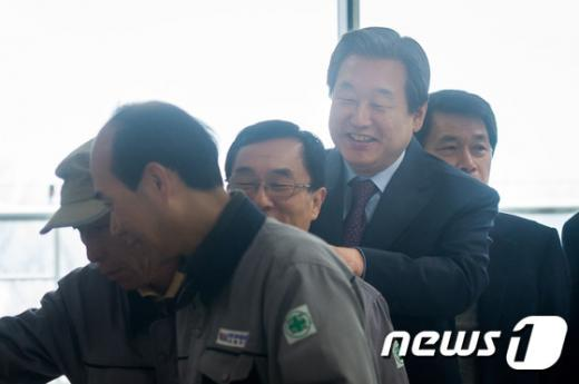 [사진]미화원 어깨 마사지하는 김무성 '새해 복 많이 받으세요'