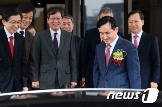 [사진]법원 떠나는 신영철 대법관
