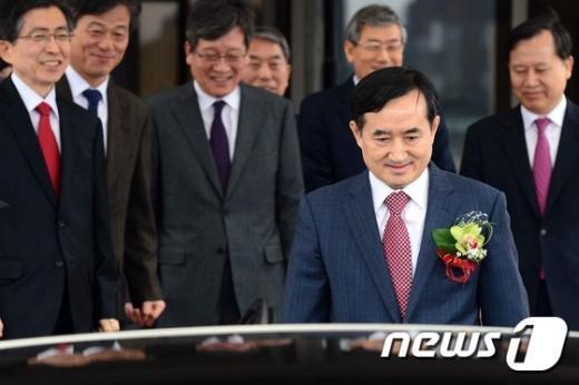 [사진]대법원 떠나는 신영철 대법관
