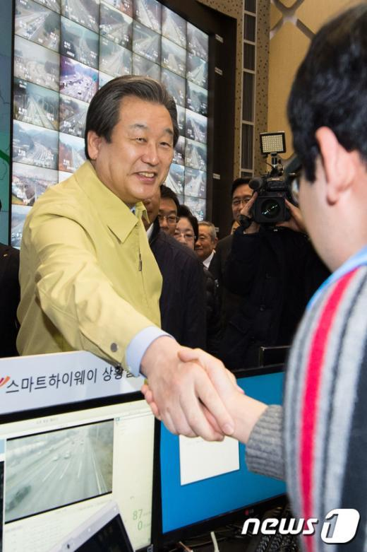 [사진]교통센터 직원 격려하는 김무성 새누리당 대표