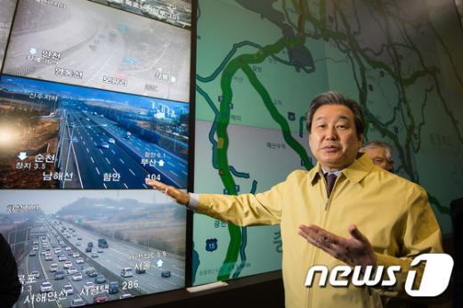 [사진]교통센터 방문한 김무성 '귀성길 안전히 다녀요세요'