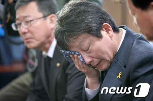 [사진]눈물 닦는 유승민