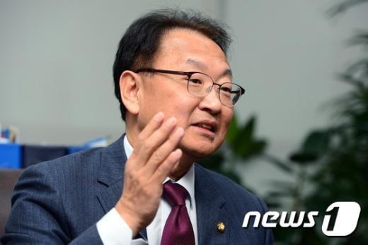 [사진]국토부 장관 내정 소감 밝히는 유일호 의원
