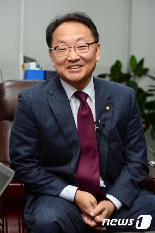 [사진]밝은 표정의 유일호 국토부 장관 내정자