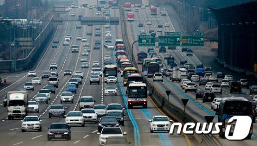 [사진]'고향으로 향하는 차량들'