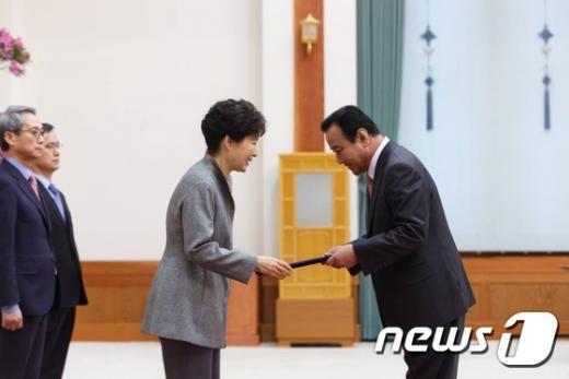 [사진]박근혜 대통령, 이완구 총리 임명장 수여