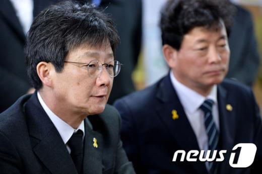 [사진]세월호 실종자 가족 이야기 듣는 유승민 원내대표