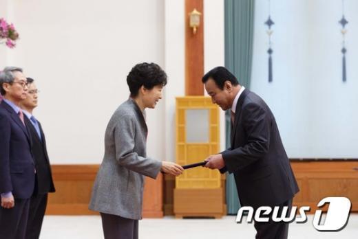 [사진]박 대통령, 이완구 총리에 임명장 수여