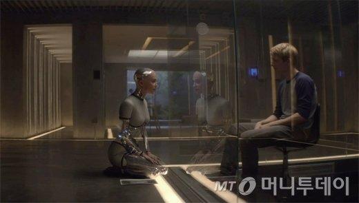 영화 엑스마키나의 한 장면. 인공지능 로봇과의 대화에서 오히려 인간의 정체성에 의문을 가지게 되는 영화 이야기처럼 인류는 인공지능이 야기하는 새로운 문제들에 직면하고 있다.