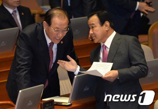 [사진]본회의장에서 대화하는 이완구 총리와 황우여 부총리