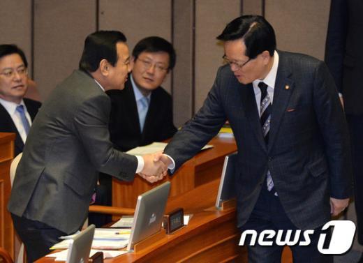 [사진]정의화 국회의장 손잡은 이완구 총리