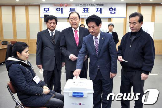 [사진]모의투표함 앞에선 출마자들