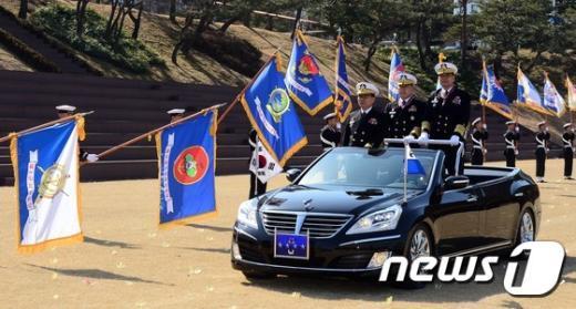 [사진]해군 부대 깃발 앞 지나가는 정호섭 해군참모총장