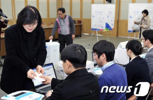 [사진]모의투표 체험하는 시민