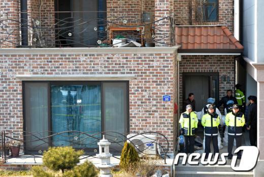 [사진]화성 엽총 사건 '사망자 이송중'