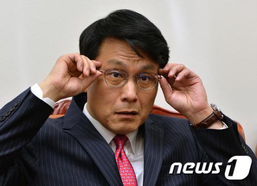 [사진]윤상현 '안경 고쳐쓰고'