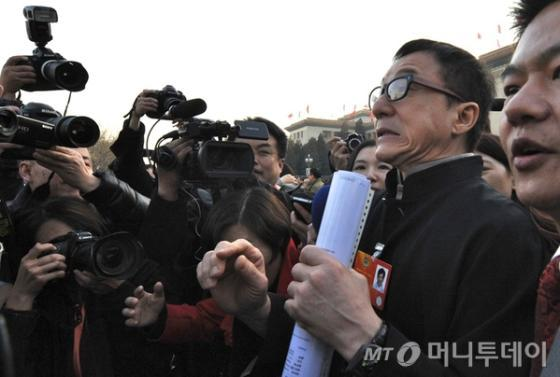 중국 양회 중 하나인 전국인민정치협상회의(정협)에는 문화 예술계를 대표해 청룽 같은 스타급 영화배우들이 정협 위원으로 참석하기도 한다. 사진은 지난해 3월 열린 정협 회의를 끝내고 나온 청룽이 취재인에 휩싸인 모습. (사진=바이두)
