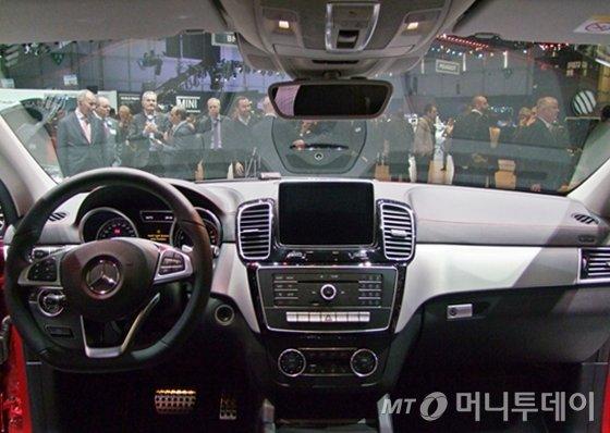 메르세데스 - 벤츠가 제네바모터쇼에 공개한 GLE450 AMG 4Matic 모델의 운전석/사진=윤일선 기자