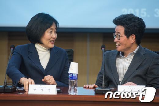 [사진]박영선-이목희 대화
