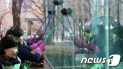 [사진]'묵은 때 벗기고 새봄 준비'