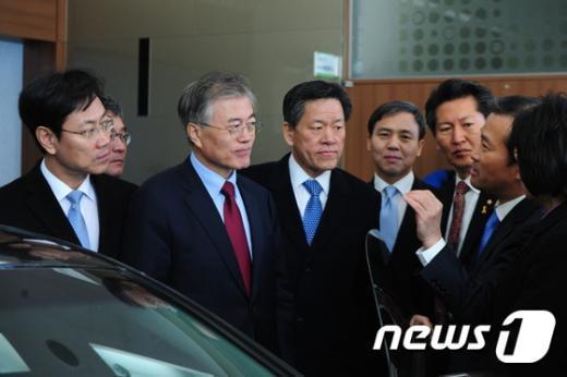 [사진]탄소융합기술 설명듣는 문재인 대표
