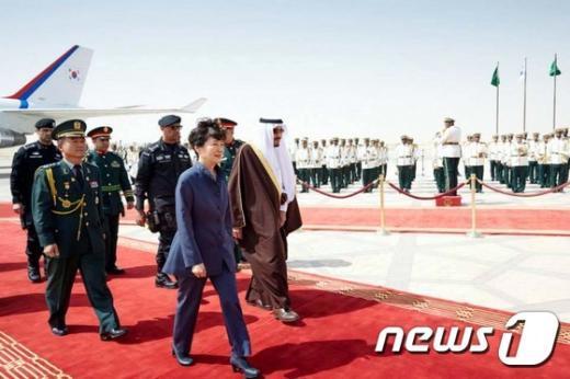 [사진]박 대통령, 두번째 방문국 사우디 도착