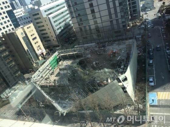 붕괴사고가 발생한 서울 여의도 국제금융로에 위치한 건물 철거현장 모습.
