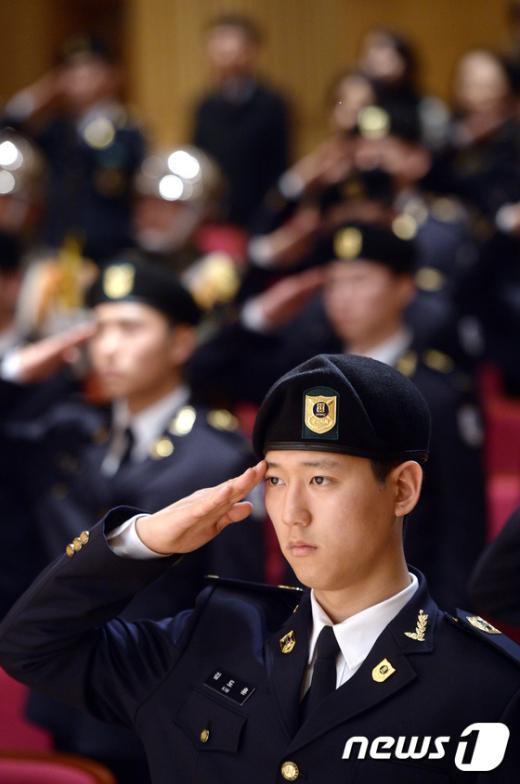 [사진]경례하는 군사학과 신입생들
