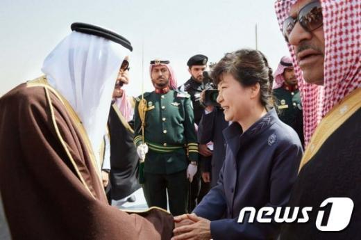 박근혜 대통령이 3일 오후 (현지시간) 사우디아라비아 리야드 킹칼리드 국제공항에 도착해 살만 빈 압둘아지즈 알 사우드 국왕과 악수하고 있다. (청와대) 2015.3.4/뉴스1 © News1 이광호 기자