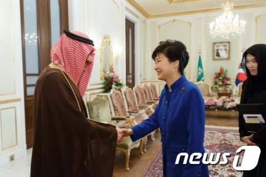 [사진]악수하는 박대통령과 알 왈리드 킹덤홀딩스 회장