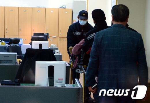 리퍼트 대사를 흉기로 습격한 김기종 우리마당 대표가 들것에 실려 병원 이송준비를 하고 있다. 2015.3.5/뉴스1 © News1 송은석 기자
