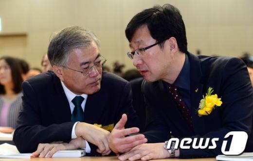 [사진]굳은표정으로 대화 나누는 문재인-천호선