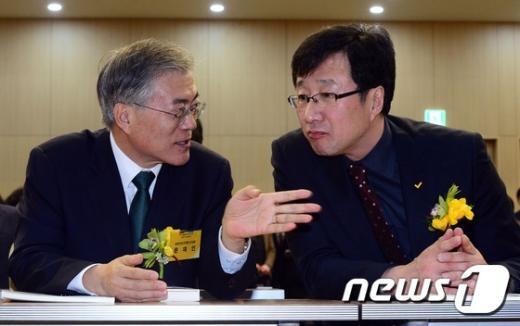 [사진]노란꽃 가슴에 단 문재인-천호선