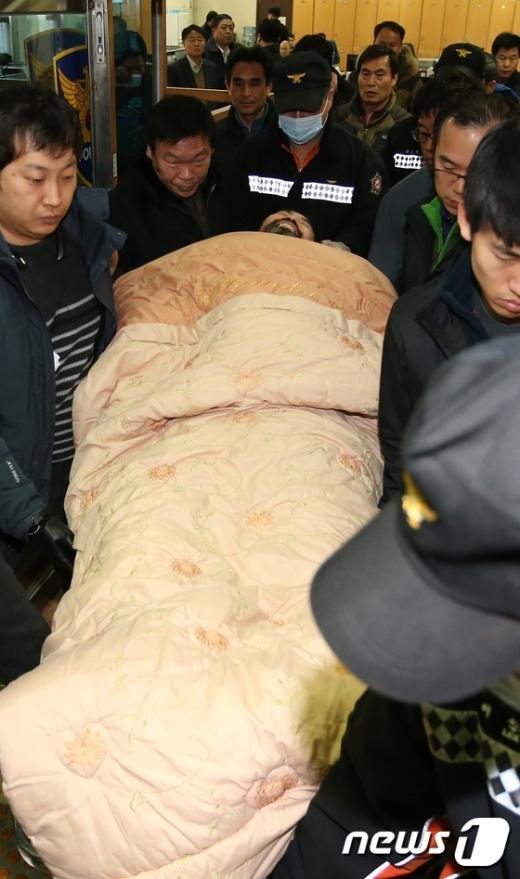 [사진]병원으로 이송되는 美대사 습격범