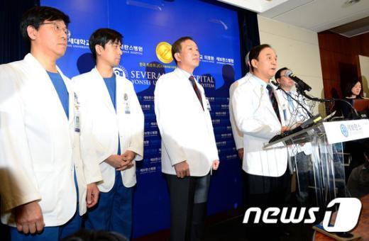 [사진]리퍼트 대사 피습, 수술 진행 세브란스병원 측 기자회견
