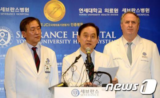 [사진]세브란스병원, 리퍼트 대사 치료 관련 내용 등 설명