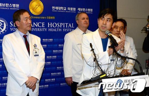 [사진]리퍼트 대사, 칼 막다 팔 관통