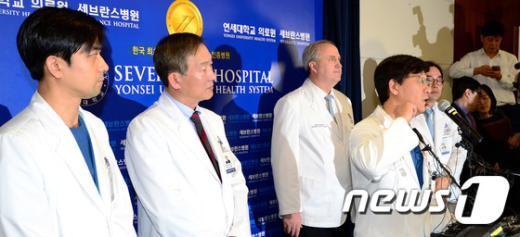 [사진]흉터 등에 대해 설명하는 유대현 교수