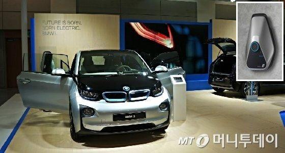 BMW전기차 i3와 BMWi 홈 충전기(작은 사진). /사진=박상빈 기자