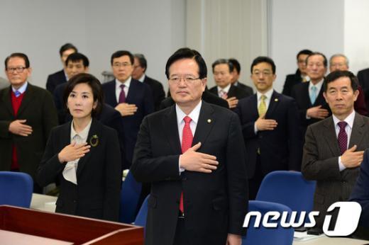 [사진]국민의례하는 정의화 국회의장